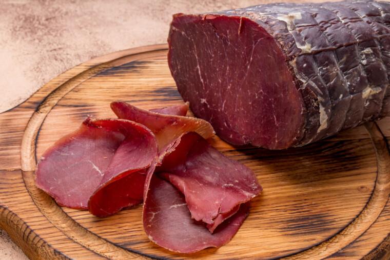 Оболочка, в которую спрятан кусок цельной говядины, побуждает относить брезаолу к колбасам. Ну а насколько это справедливо – вопрос открытый