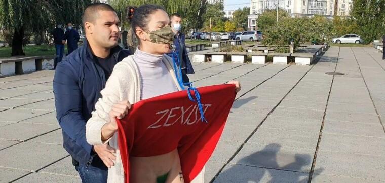 Активистка Femen встретила Зеленских перед избирательным участком
