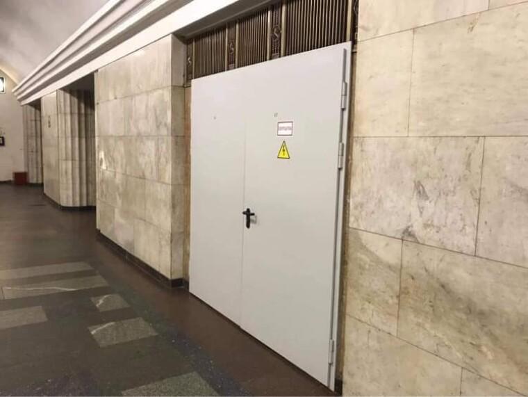 Металлические двери в метро