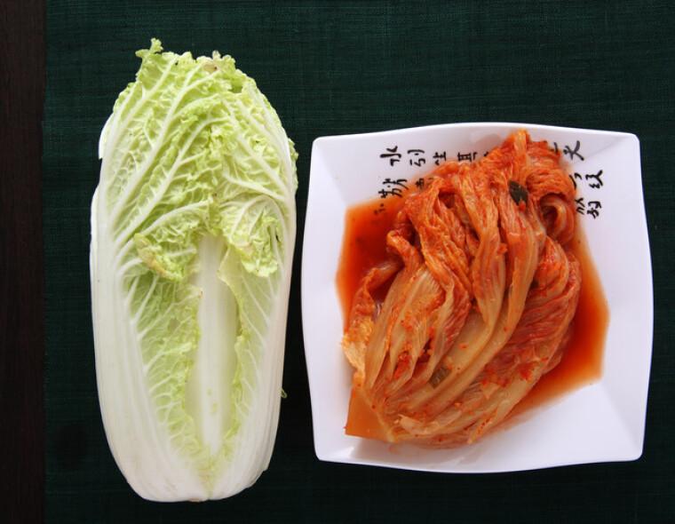 Інша поширена назва пекінської капусти — китайський салат. У натуральному вигляді його схожість зі звичною нам кочанной капустою незаперечно. А ось зразки продукції, ферментовані по європейській і азіатській технологіям, здаються зовсім не схожі