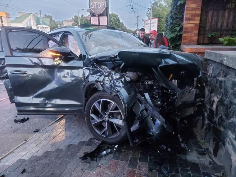 У BMW затисло водія