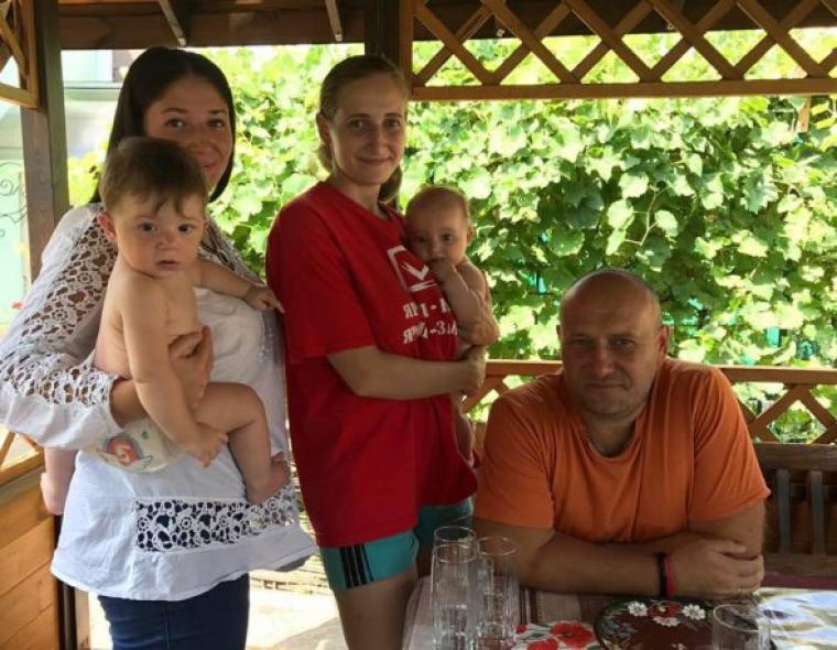Дмитро Ярош з доньками Анастасією і Іриною та онуками