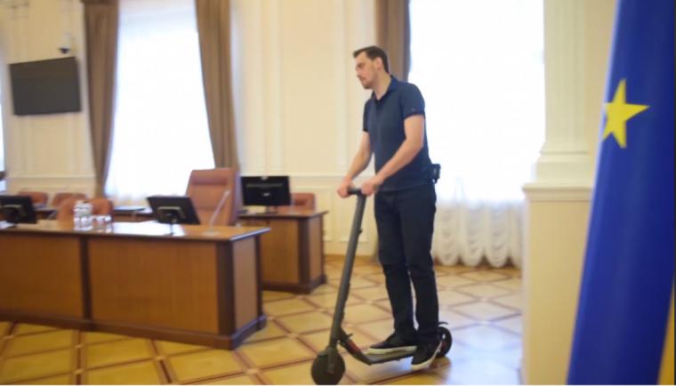 Алексей Гончарук на самокате в здании Правительства