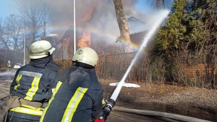Сотрудники ГСЧС тушат пожар на Броварском проспекте в Киеве
