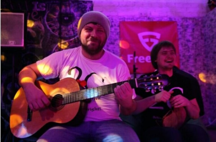 """Олександр Корнієнко разом з товаришем співає в дуеті """"Два Саші"""""""