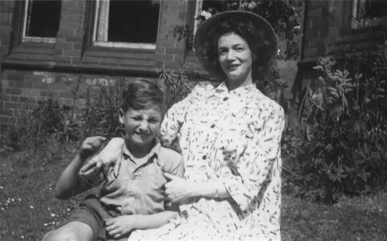 Мать Джона, Джулия Стэнли