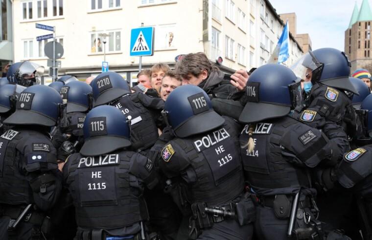Потасовка между полицейскими и протестующими с требованием соблюдения основных прав и отмены ограничительных мер в отношении коронавируса в Касселе, центральная Германия, 20 марта 2021 г.