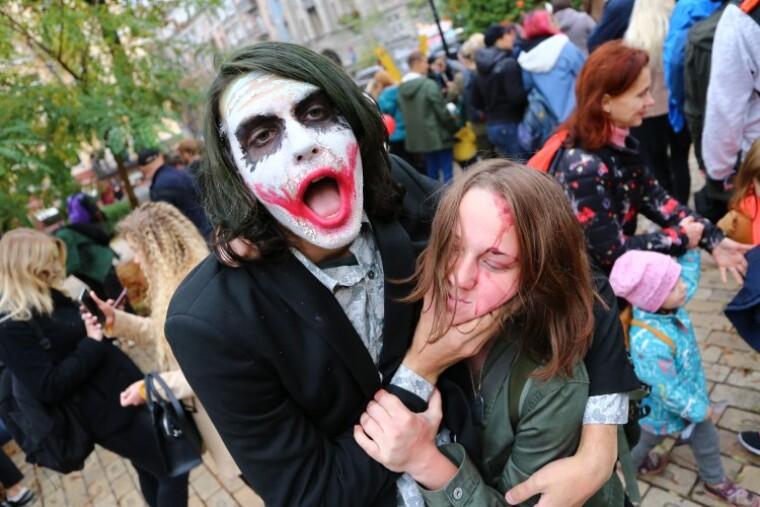люди празднуют хэллоуин