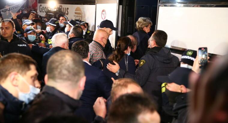 Познер и его гости покидают гостиницу в Тбилиси