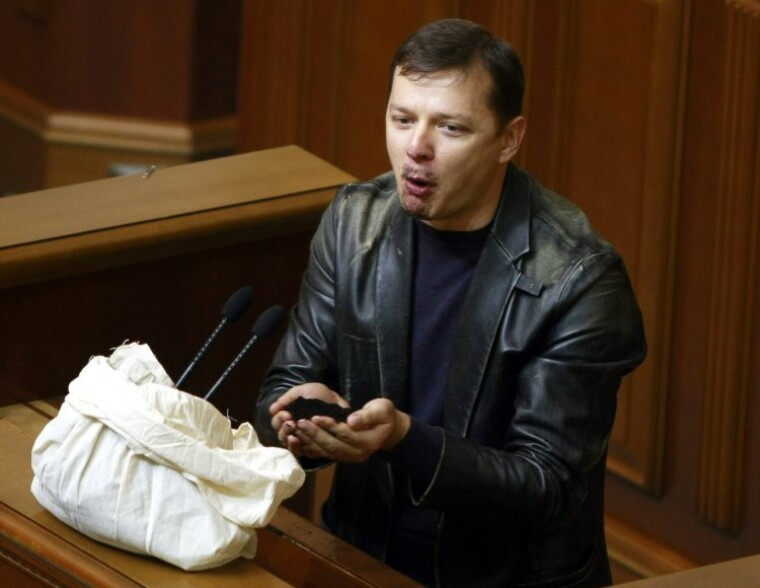 Олег Ляшко їсть землю в залі Верховної Ради, виступаючи проти продажу землі