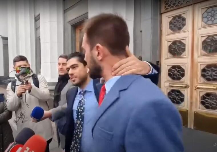 Сутичка між народними депутатами Гео Лероом та Олександром Юрченком біля входу в будівлю ВР