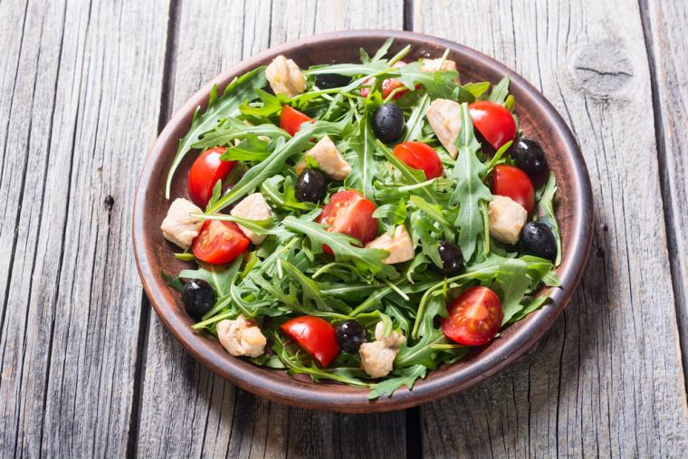 Найпростіший і найпопулярніший спосіб використання руколи — це додавання до свіжих салатів. Причому практично з будь-якими добавками