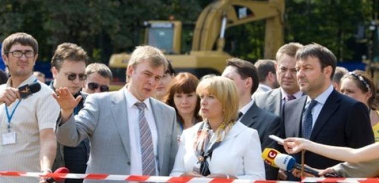 Екатерина Ющенко на месте планируемой стройки Детской больницы будущего