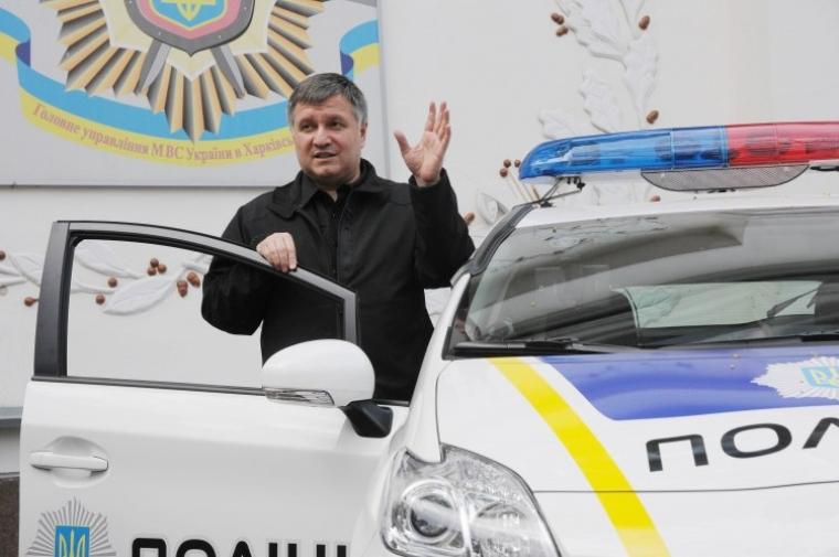 Министр внутренних дел Украины Арсен Аваков представляет в Харькове автомобили, на которых полицейские будут патрулировать город, 2015 г.