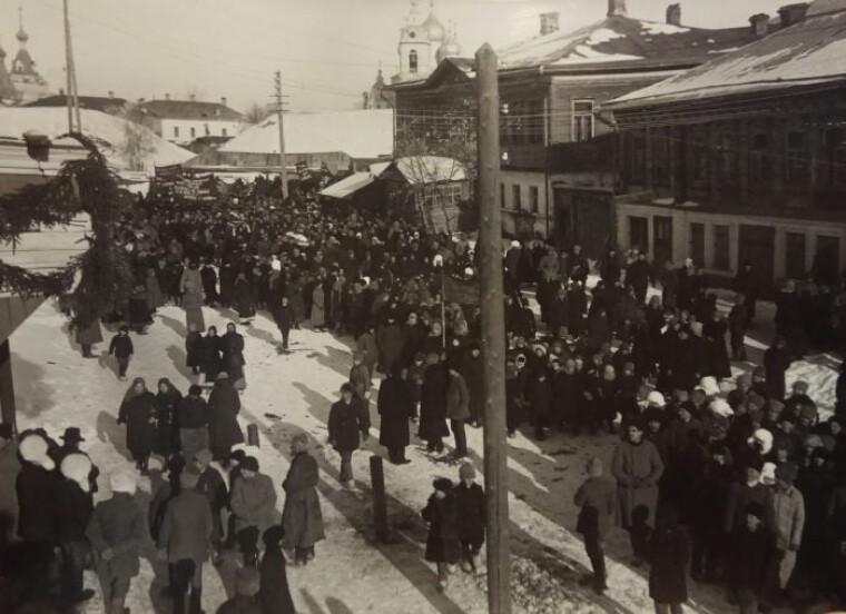 Траурная процессия в Дмитрове при отправке гроба Кропоткина в Москву