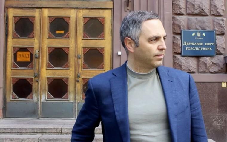 Андрей Портнов у входа в здание Государственного бюро расследований/aportnov.com