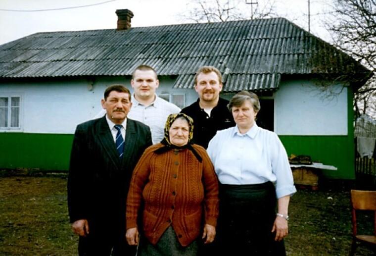Василий Вирастюк с отцом Ярославом, мамой Ириной, со старшим братом Романом и бабушкой. Фото: bogatyr.com.ua