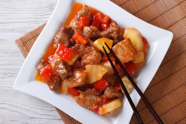 Если мясным медальоном, запеченными под ананасом, уже давно никого не удивишь, то поджарку из ананаса и свинины в «китайском формате» вряд ли можно назвать банальностью