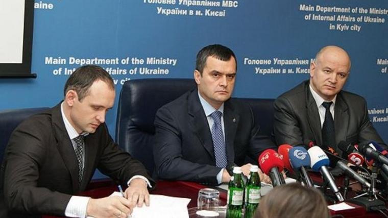 Олег Татаров (слева) и глава МВД при Януковиче Виталий Захарченко (в центре), декабрь 2013 г.