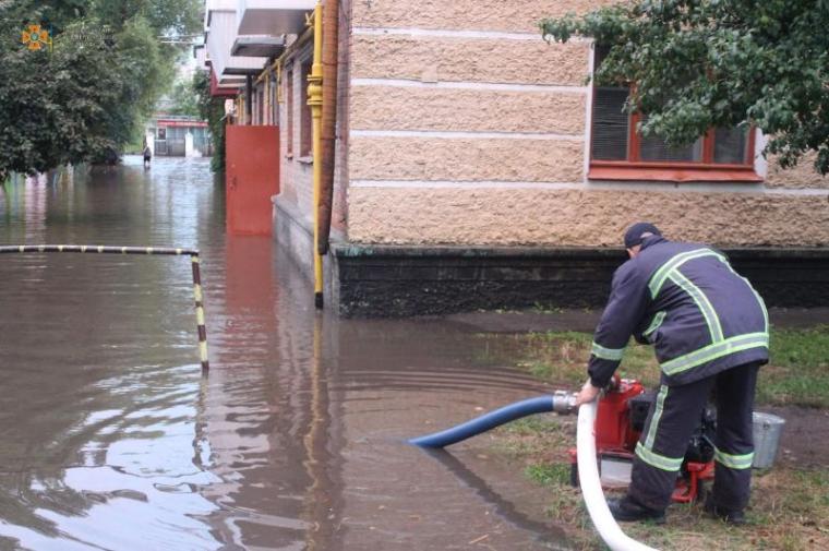 Спасателям пришлось откачивать воду