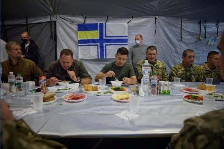Президент Владимир Зеленский обедает в зоне ООС в компании украинских военных