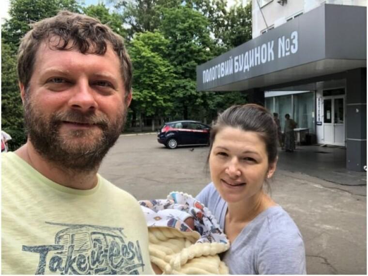 Олександр Корнієнко з дружиною Ольгою та новонародженою дочкою, 2018 р