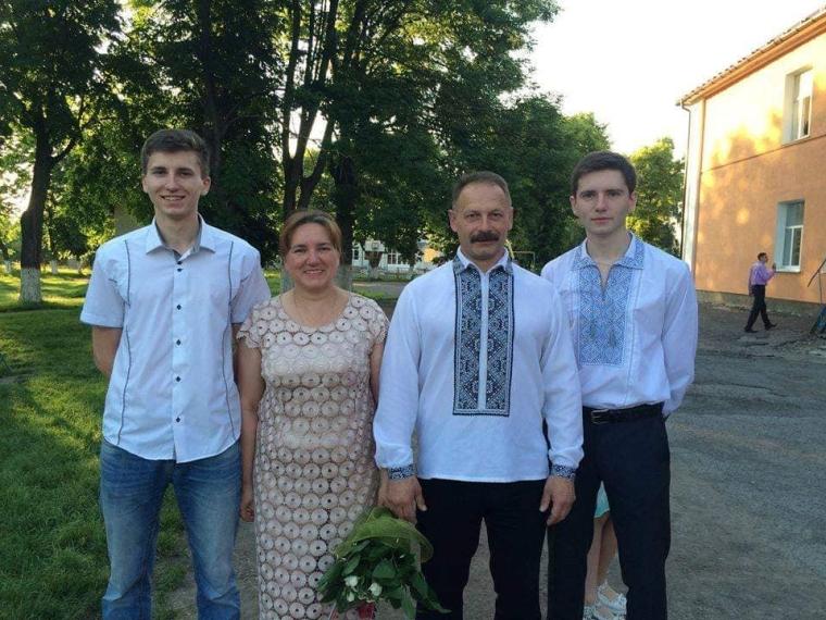 Олег Барна с женой и сыновьями
