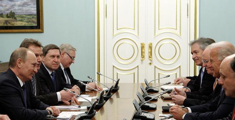 Прем'єр-міністр Росії Володимир Путін (ліворуч) і віце-президент США Джо Байден (другий праворуч) зустрічаються 10 березня 2011 зі своїми делегаціями в Москві