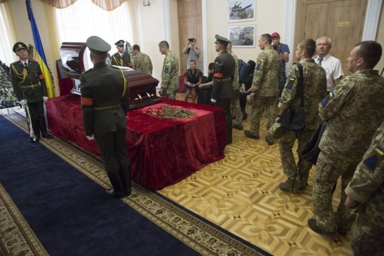 Военнослужащие прощаются с Дмитрием Тымчуком