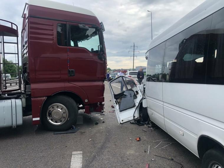 Водитель грузовика разворачивался и столкнулся с микроавтобусом