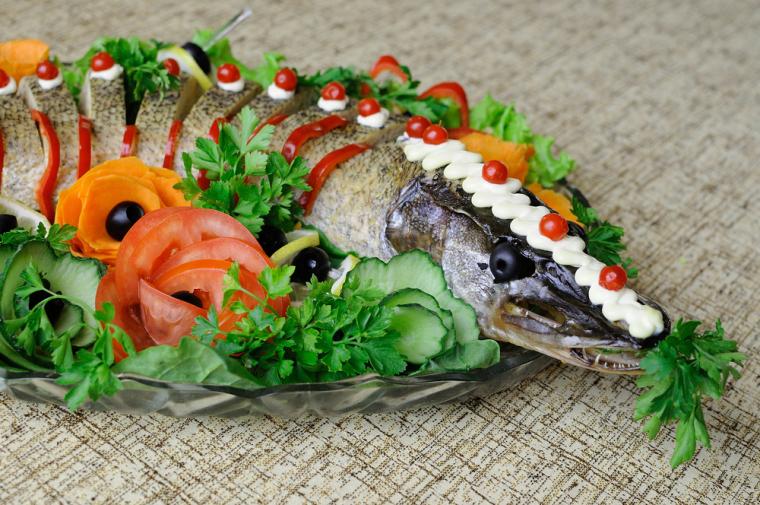 С легкой руки германских евреев-ашкеназов щука традиционно считается рыбой, созданной для фаршировки, поскольку ее мякоть в натуральном виде слишком суха