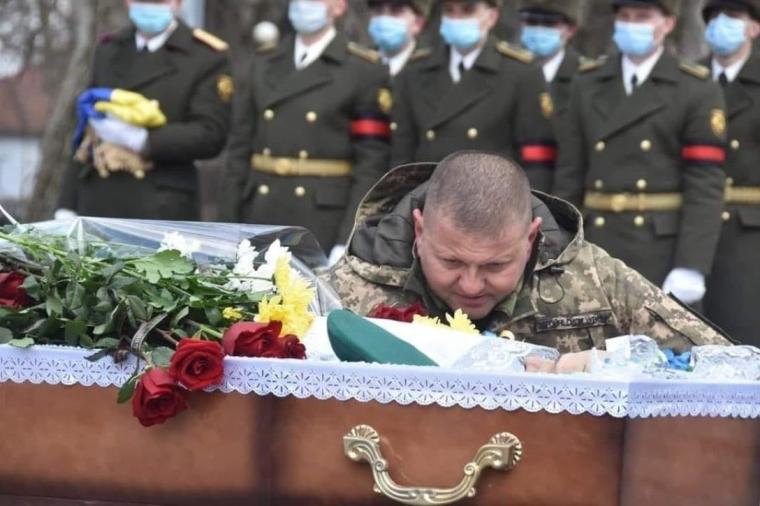 Валерій Залужний під час прощання з офіцером 58-ї бригади Володимиром Шпаком