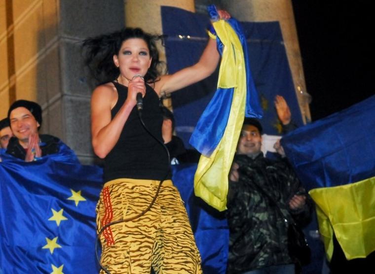 Руслана виступає перед учасниками мітингу на підтримку євроінтеграції України