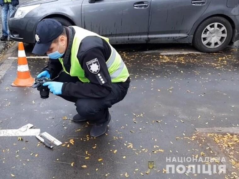 Поліцейський фотографує знаряддя вбивства