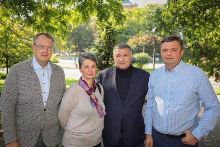 Министр внутренних дел Украины Арсен Аваков и его заместитель Антон Геращенко с мамой Виталия Маркива Оксаной Максимчук