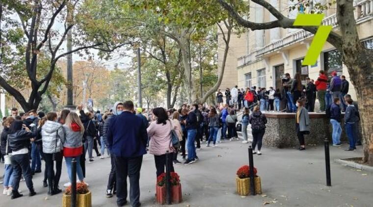Поліцейські шукають вибухівку на виборчій дільниці в Одесі