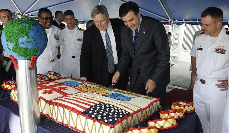 Президент Грузії Михайло Саакашвілі розрізає торт, який символізує грузино-американську дружбу, під час свого візиту на військовий корабель США Stout, що стоїть в чорноморському порту Батумі, 2009 г.