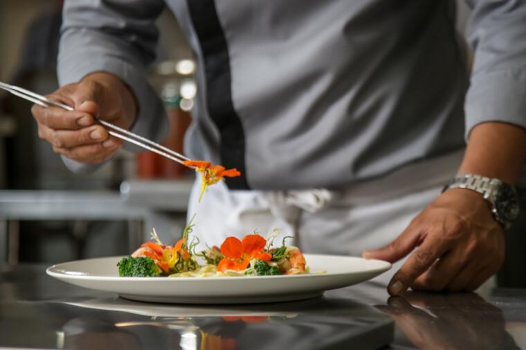 Высокая кухня требует тщательного приготовления и тщательной презентацией блюд