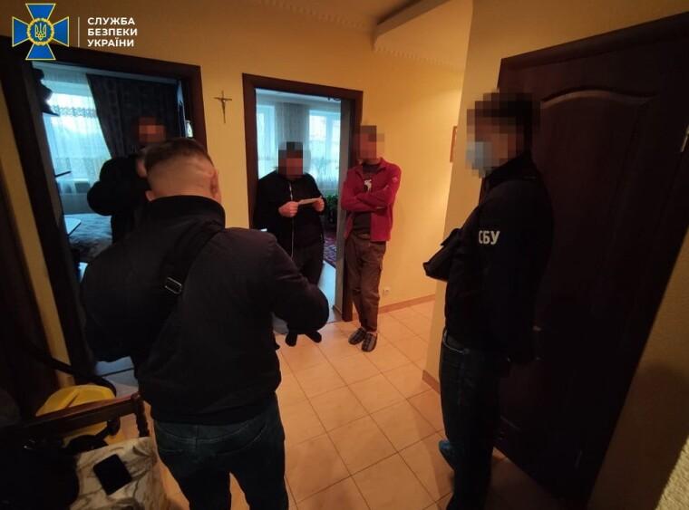 Обыск в пидорюваних в подделке документов