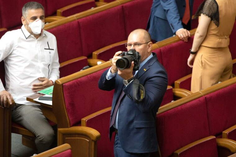 Евгений Шевченко в зале Верховной Рады с фотокамерой