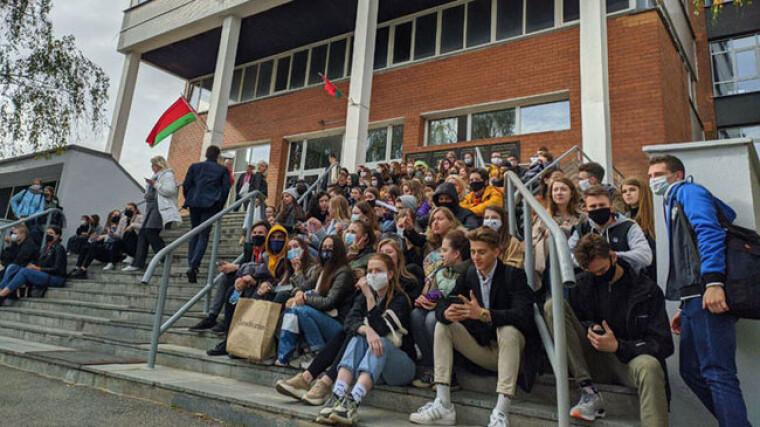 Студенты в Беларуси устроили сидячий протест