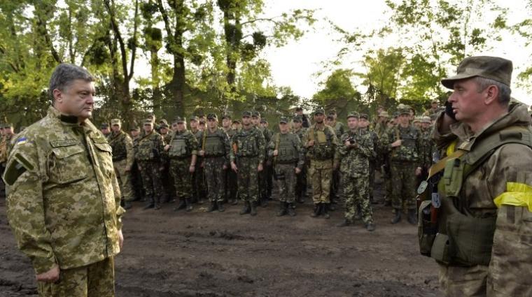 Президент Украины Петр Порошенко и начальник Генерального штаба — Главнокомандующий Вооруженными Силами Украины Виктор Муженко