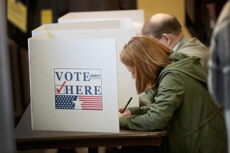 выборцы голосуют в США