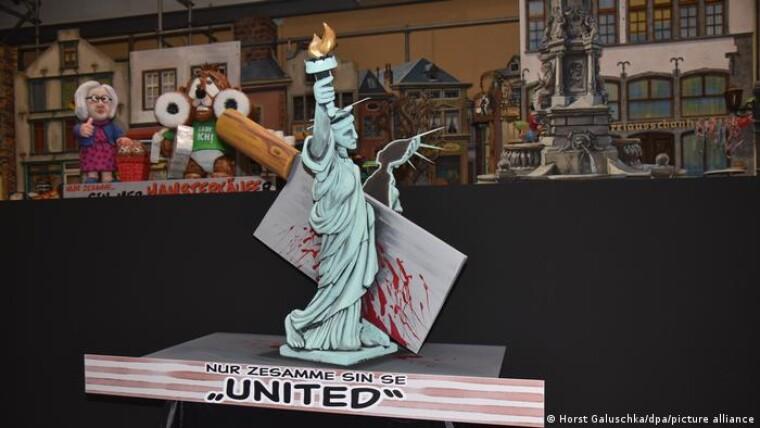 """Разрубленная надвое статуя """"Свободы"""" - итог президентства Дональда Трампа. Фотография сделана во время подготовки трансляции"""