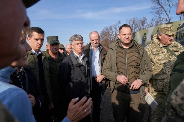 Андрій Єрмак і посли іноземних держав відвідали район розведення сил біля Петрівського та Золотого, 2019 р.