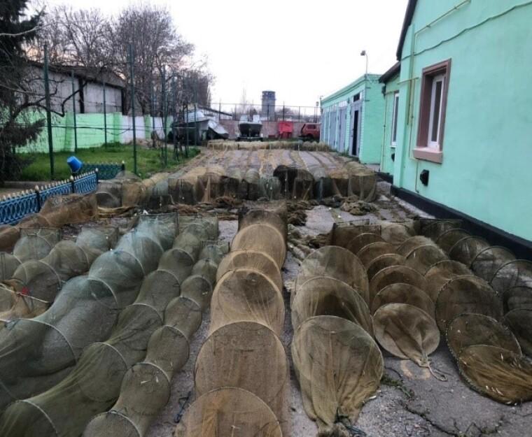 На побережье Джарылгачского залива нашли 43 креветочные ловушки