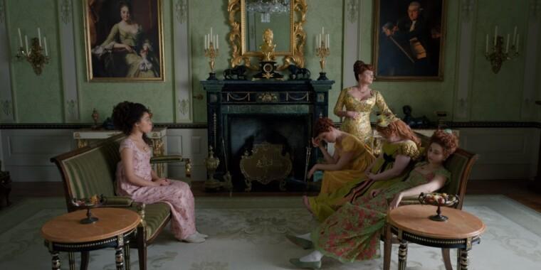 Міс Томпсон і місіс Фезерінгтон з дочками у своїй вітальні