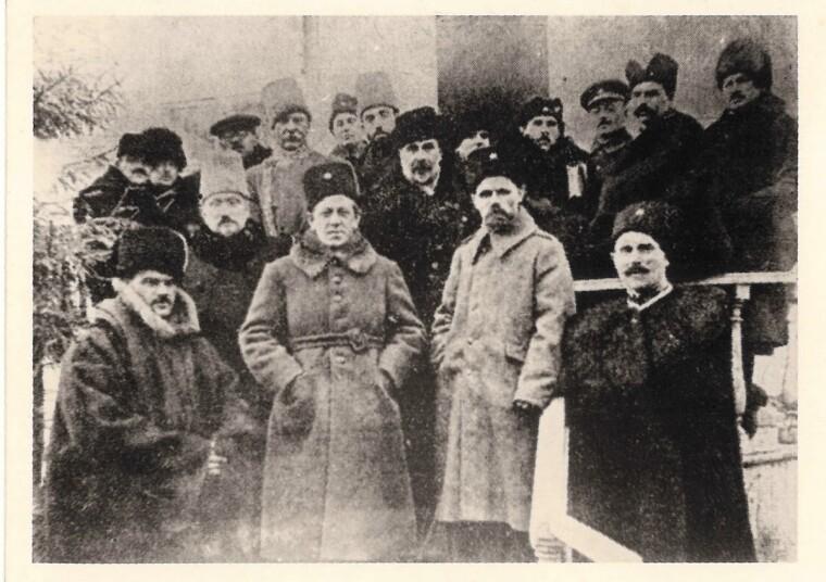Главный атаман войск УНР Симон Петлюра и командарм Михаил Емельянович-Павленко в окружении политиков и военных. 7 ноября 1920-го