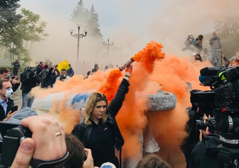 """Кіра Рудик під час акції """"Аваков має піти"""", 2020 р.  / Facebook сторінка Кіри Рудик"""