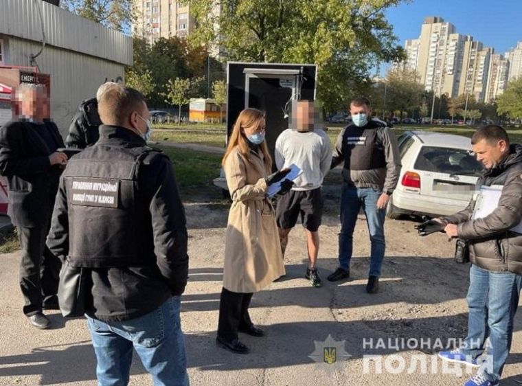 В Киеве под домашний арест посадили мужчину, который подрабатывал COVID-сертификаты